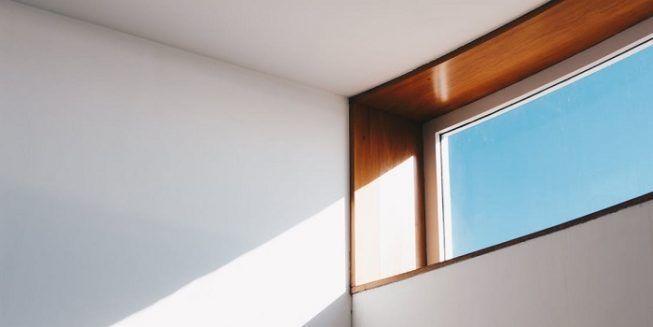 Blanco y luz en dormitorio